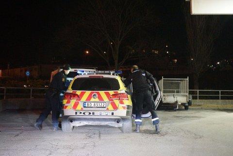 LETEAKSJON I NATT: Politiet var bevæpnet og flere patruljer var ute og lette etter gjerningsmannen at det kom inn melding om ran på Shell-stasjonen.