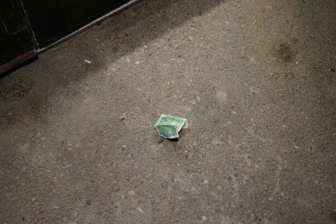 RANET SMÅBELØP: En femtilapp fra ranet på Shell, lå igjen utenfor Joker-butikken der raneren også forsøkte seg på et innbrudd.
