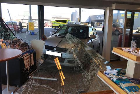 En liten personbil suste rett inn i bensinstasjonen på Råbekken, og det var glass utover hele gulvet.