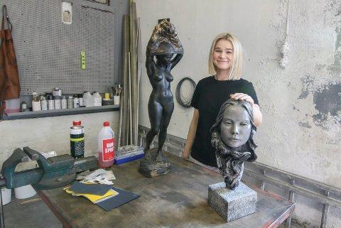 Siste innspurt: På Trosvik er det siste innspurt før tre dager på Hvaler for Line Jenssen. Hun skal stille ut skulpturer på galleriet i Kjellvika.