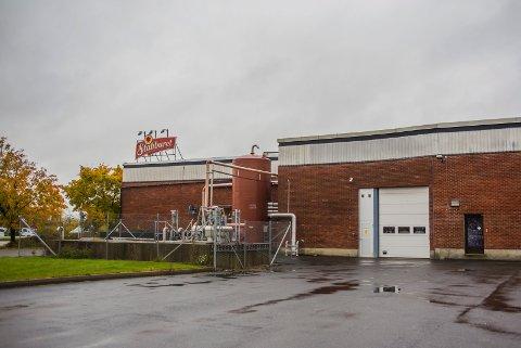 Fæl lukt: Det stinker fortsatt ved fabrikkområdet til Stabburet, og leserne våre har reagert. Forklaringen skal være renseanlegget der de har en fettavskiller. Bedriften har montert nytt filter siden 2017.