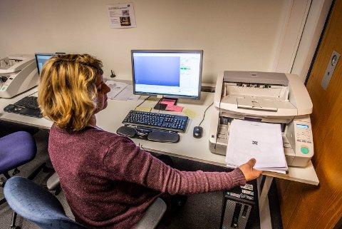 Byarkivet tar imot og registrerer eposter som sendes kommunens postmottak, eller som her - scanner papirdokumenter og arkiverer dem digitalt. Leder for arkivet kan foreløpig ikke svare på hvorfor erstatningskravet ble borte i sommer.  Bildet ble tatt til en tidligere reportasje om virksomheten.
