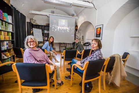 SAMLET: Wenche-Lill Due Iversen (f.v.), Bente Thorvaldsen, Liv Aker Hjortaas og Louise M. Karlsen hadde tirsdag formiddag tatt turen til Artillerigården for å følge konferansen CCC19 på storskjerm.