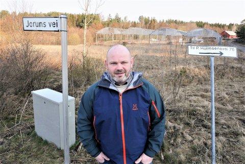 Reagerer på avslag: Frank Pedersen (44) i Byggmesterforbundet Østfold synes det er helt urimelig at tomten bak ham, rett ved Paul Holmsens vei, ikke kan bygges ut. Han mener kravet om fortetting i sentrum går alt for langt. (Foto: Øivind Lågbu)