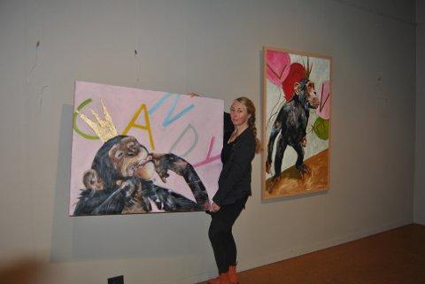 –  I min utstilling «Candy» vil dere møte Prins Sjimpanse i naive og søte øyeblikk. Han går igjen i tolv av utstillingens malerier, forteller Elisabeth Imrik.