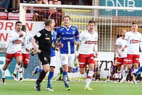 FFK møtte Sarpsborg 08 til cupoppgjør senest i 2016. Her har det akkurat blitt bråk i forbindelse med at gjestene har utlignet til 1-1, men FFK-spillerne mener de er distrahert av en fløyte på tribunen.