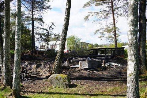 En hytte ble totalskadd i forbindelse med brannen 11. mai. Den hendelsen, samt flere andre branntiløp, etterforskes av politiet.