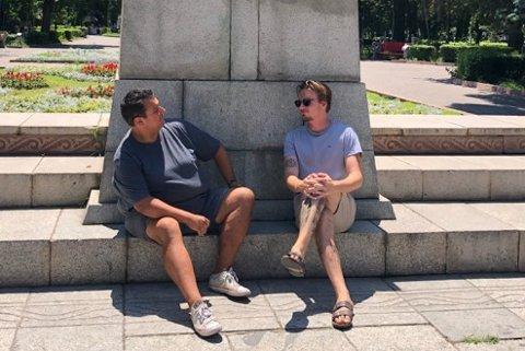 Her er Harald Brevik (t.v.) og Snorri Sigurdbjørnsson i Bishkek, hovedstaden i Kirgisistan, sittende under en statue av Karl Marx og Friedrich Engles. Bildet er tatt 18. juni.
