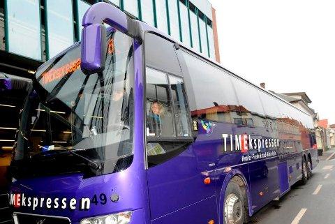 Mellom 22. juni og 18. august i år er det satt inn ekstra busser mellom Fredrikstad og Hvaler i det travleste tidsrommet, men FB erfarer at brukerne fortsatt opplever bussene som fulle og forsinket.