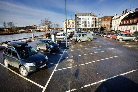 Slik så det ut på Dampskipsbrygga før den store renoveringen av plassen, som var ferdig før sommeren i år. At parkeringsplassene her forsvant, er noe av årsaken til at kommunens parkeringsinntekter har sviktet i år.