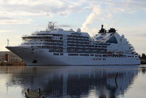 """PÅ PLASS: Onsdag la cruiseskipet """"Seabourn Ovation"""" til i Fredrikstad. Det kan bli et sjeldens syn i framtiden."""