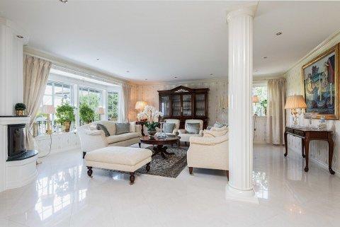 ELEGANT: Villaen i Falchåsen har et herskapelig preg, både utendørs og innendørs.