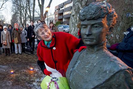 Berit Ås ved Katti Ankel Møller-statuen. Ås er opphavskvinne til begrepet usynliggjøring som hersketeknikk,  og har foreslått at Katti Anker Møller skal få plassen der statuen står oppkalt etter seg i Fredrikstad.