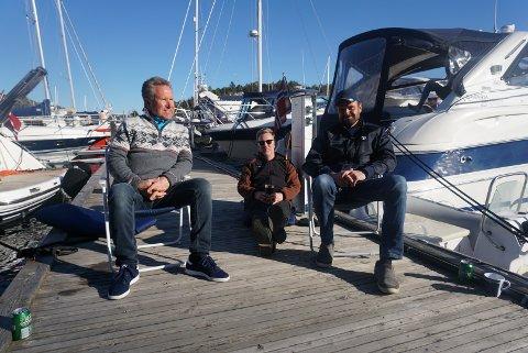 Helge Antonsen, Jan Henrik Berg og Fredrik Antonsen var noen av dem som så rockebandet Hayseed på Hankø. – Veldig ålreit at noen gjør det beste ut av situasjonen som er nå, sier Fredrik om arrangementet.