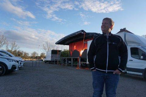 ROSER PUBLIKUM: Kinosjef Jørgen Søderberg Jansen var godt fornøyd etter den aller første drive-in-kinoen på Tollbodplassen.