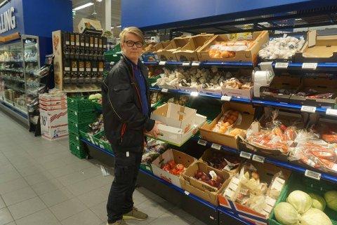 Lars Johnsen er assisterende butikksjef på Rema 1000 på Brohodet senter. Butikken har opplevd stor trafikk med kunder i dag.