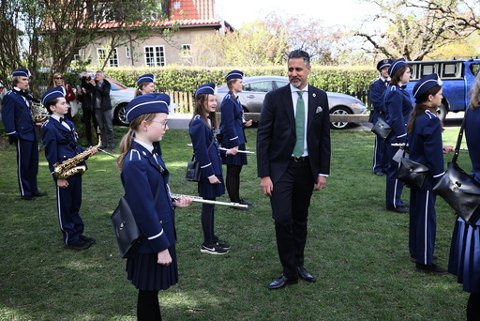 Kulturminister Abid Raja (V) la torsdag fram nye tiltak for korpsene. Her er statsråden sammen med Ullevål skoles musikkorps.