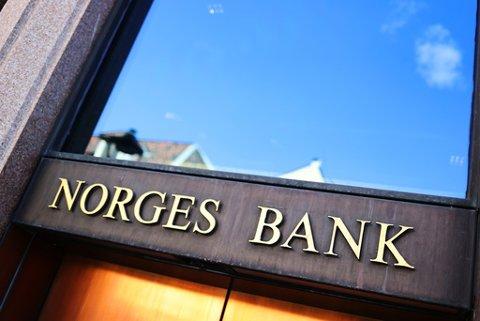 Sentralbanksjef Øystein Olsen vil innlede om Norges Banks beslutninger om å redusere styringsrenta på en pressekonferanse, de reduserer styringsrenten med 0,5 prosentpoeng til 1 prosent.