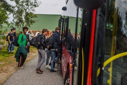 Barn og unge kan i dag kjøre buss gratis etter klokken 17 på hverdager og i helgene.. Nå er forslaget at de må betale en tier per tur neste år.