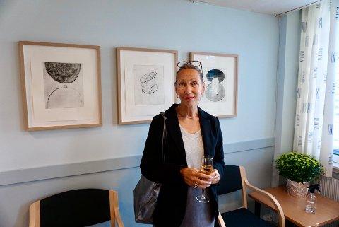 TINGRETTEN: Fredrikstad-kunstner Elisabeth Mathisen har, i oppdrag fra KORO, laget verkene som henger utenfor rettssal 6. Fredag var det høytidelig åpning med kunstneren selv, KORO-representanter og medarbeidere i tingretten tilstede.
