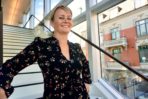 JOURNALIST OG FORFATTER: Sigrid Sollund har skrevet bøker om både hersketeknikker og folkeskikk. Lørdag delte hun sine erfaringer og kunnskap til publikumet på Litteraturhuset.