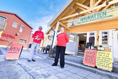 SOMMERKØ: Det var stort sett kø langt på utsiden av butikken til Pål Anders Arnesen og datteren, Pernille Thorsteinsen hele sommeren i 2020.