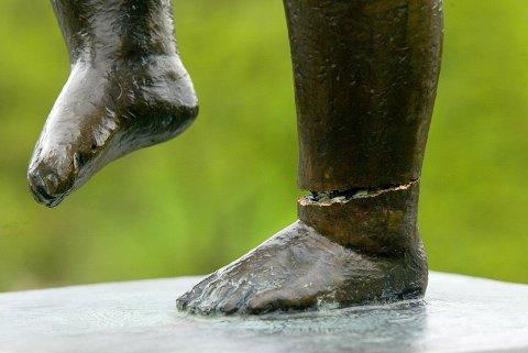 Politiet fikk ved 14-tiden torsdag beskjed fra ansatte på Vigeland-museet om at «Sinnataggen» var blitt alvorlig skadd i ankelen. I løpet av natt til torsdag har noen klart å skade «Sinnataggen» såpass at den kjente skulpturen trolig må tas ned fra sin sokkel i Vigelandsanlegget for reparasjon.