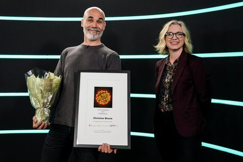 Årets avistegning gikk til Christian Bloom (VG Helg). Han fikk prisen delt ut av juryleder Sarah Sørheim (nyhetsredaktør, NTB) på Medieleder 2021. Foto: Gorm Kallestad / NTB