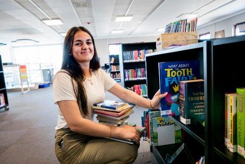 Fatimah Leith stortrives i sommerjobben på Østsiden bibliotek. Hun er en av 14 Fredrikstad-ungdommer som er med i prosjektet «Ung i sommerjobb».