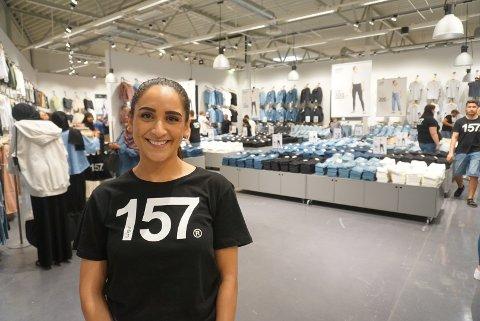 Hadil Idris (26) er butikksjef hos Lager 157 i Fredrikstad. Hun forteller om en hektisk åpningsdag.