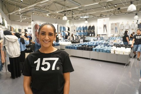 Hadil Idris (26) er butikksjef hos Lager 157 i Fredrikstad. Hun forteller om en knallstart. Foto: Pernille Storhaug Dalene