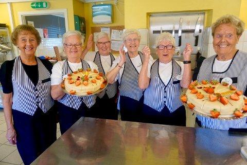 De var glade for å være tilbake i jobb i kafeen ved Glemmen sykehjem torsdag. Fra venstre: Bjørg Arntzen (82), Astrid Tasken (83), Berit Sommer (83), Anne Mari Syversen (86), Karin Hansen (82) og Reidun Larsen (86).