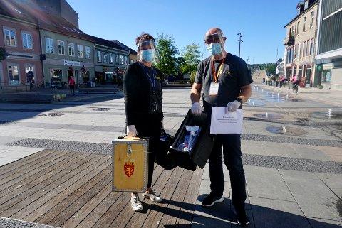 SMITTEVERN OG VALGURNE: Mandag 13. september kjører Marit Hexeberg og Trond Øyvind Karterud fra Fredrikstad kommune hjem til dem som sitter i isolasjon.