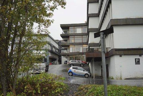 PÅ VENT: Helse Nord IKT har vært holdt på vent siden våren 2015 med å få nye kontorlokaler i Narvik. Forklaringen er at de ønsket seg inn nabolokalene til UNN Narvik – som eies av Narvik kommune. Nå kan det gå mot en løsning – og at Helse Nord IKT får kontor der de ønsker. Foto: Fritz Hansen