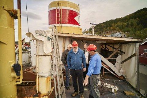 Deler ut tilskudd: Riksantikvaren var på befaring ved Gamle Skogøy i 2015. Nå deler han ut én million kroner i tilskudd for restaureringen av båten
