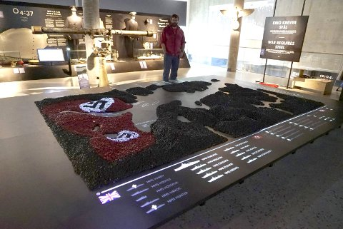 «BORDKART»: Her projiseres kampene om Narvik på en modell av fjordsystemene og fjellene. Laget av jernmalm.