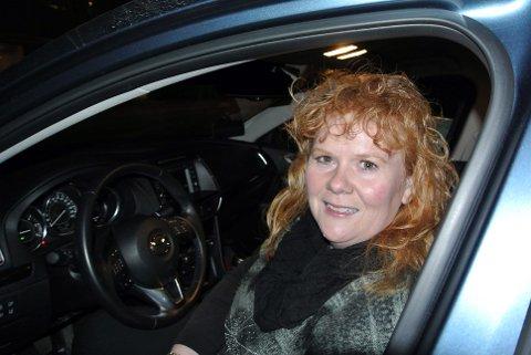 HJULENE STOPPET: Trafikklærer Barbro Husjord frykter for trafikkskolen sin under koronasituasjonen. Til nå opplever hun ikke å få mye hjelp.