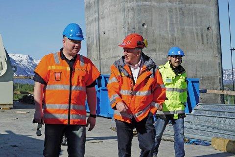 Regionveisjef Torbjørn Naimak (t.h.) sier at han skjønner Narviks uro om nytt sentrum. Her under et besøk sammen med statssekretær Tom Kato Carlsen på Hålogalandsbrua