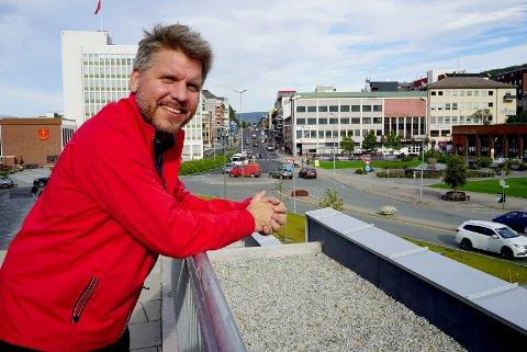 Marius Jøsevold, her fotografert i et sommerlig Narvik, vil ha fylkeskommunen med på å satse på næringsutviklng i Ofoten og Sør-Troms.