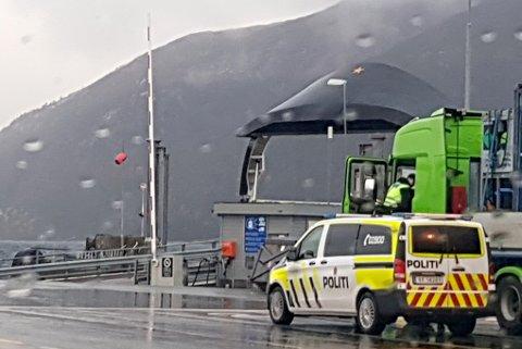 Her har politiet ankommet for å snakke med den utenslandske trailersjåføren. Han ble etter hvert tatt med til Narvik for blodprøve.