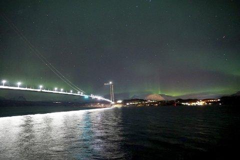 ETTERTRAKTET: Nordlyset, her over Hålogalandsbrua, er ettertraktet av besøkende fra hele verden. Tromsø-firmaet Northern Shots har nå startet eget selskap i Narvik.