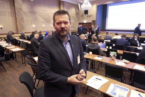 Svein Erik Kristiansen tror ikke på store laksefly fra Evenes til Østen. Og han er bekymret for muligheten for å frakte større mengder fisk ut av landsdelen.