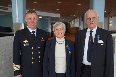 Hv-16 kommandør Jon Ivar Kjellin sammen med veteranene Inger Astrid Wiker og Paul Kristian Bergflødt.