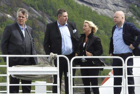 PARTER: Fellesnemnda for nye Narvik er part og kan ta grensesaken til retten. Det har Ofoten tingrett fastslått. Her er partene under befaring av grenseområdene i Tysfjord i juni i fjor. Rundt seg har Monica Mæland (f.v.) ordførerne Jan Folke Sandnes, Hamarøy, Rune Edvardsen, Narvik og Tor Asgeir Johansen, Tysfjord.
