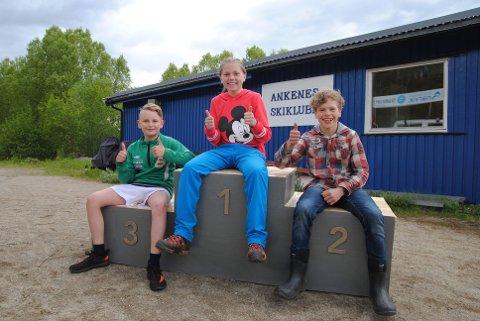 GLAD: Julian Håvardsen, Sofie Simonsen og Håvard Berger Vanem er fornøyd med med seierspallen de har laget, og det var de andre i Ankenes Skiklubb også.