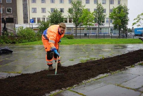 Amalie Horne stortrives med å jobbe ute, selv i regn og vind.