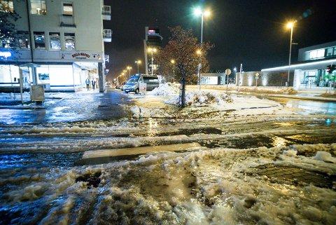 VÅTT: De neste dagene er det meldt mye regn som både kan føre til store snø- og jordskred, samt vanskelig kjøreforhold. Arkivfoto