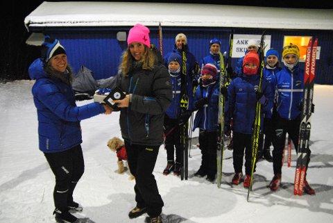ÅRETS TRIMMER: Nina Haug Vanem (tv) overrekker premie til Magdalena Landsem, som er en av Årets Trimmere 2018. Trimmerne er veldig viktige for løperne i Ankenes Skiklubb.