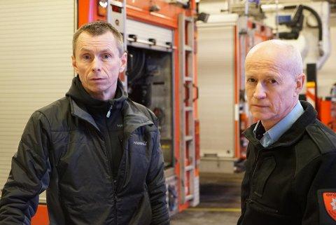 Einar Sund, hovedtillitsvalgt, (t.v.) og brannsjef Edvar Dahl har ingen tro på at ny brannstasjon skal kunne stå ferdig i Narvik i mars 2020.