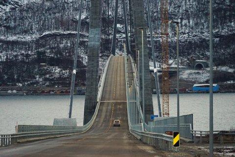 HALV AVGIFT: Veivesenet ber Narvik kommune bidra til at det kreves inn halv bompengeavgift for elbiler og andre utslippsfrie biler som kjører Hålogalandsbrua.